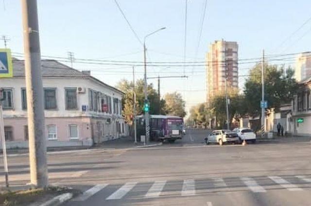 В Оренбурге в столкновении пассажирского автобуса с «ВАЗ» пострадала женщина.