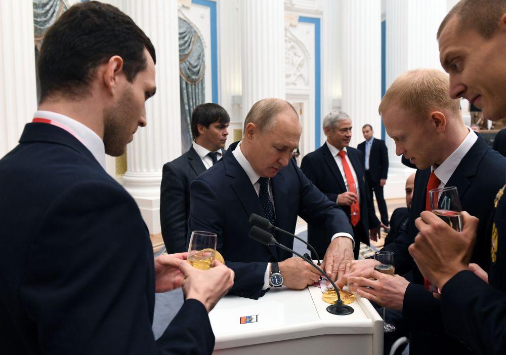 Президент РФ Владимир Путин на церемонии вручения государственных наград РФ победителям XVI Паралимпийских летних игр 2020 года в Токио
