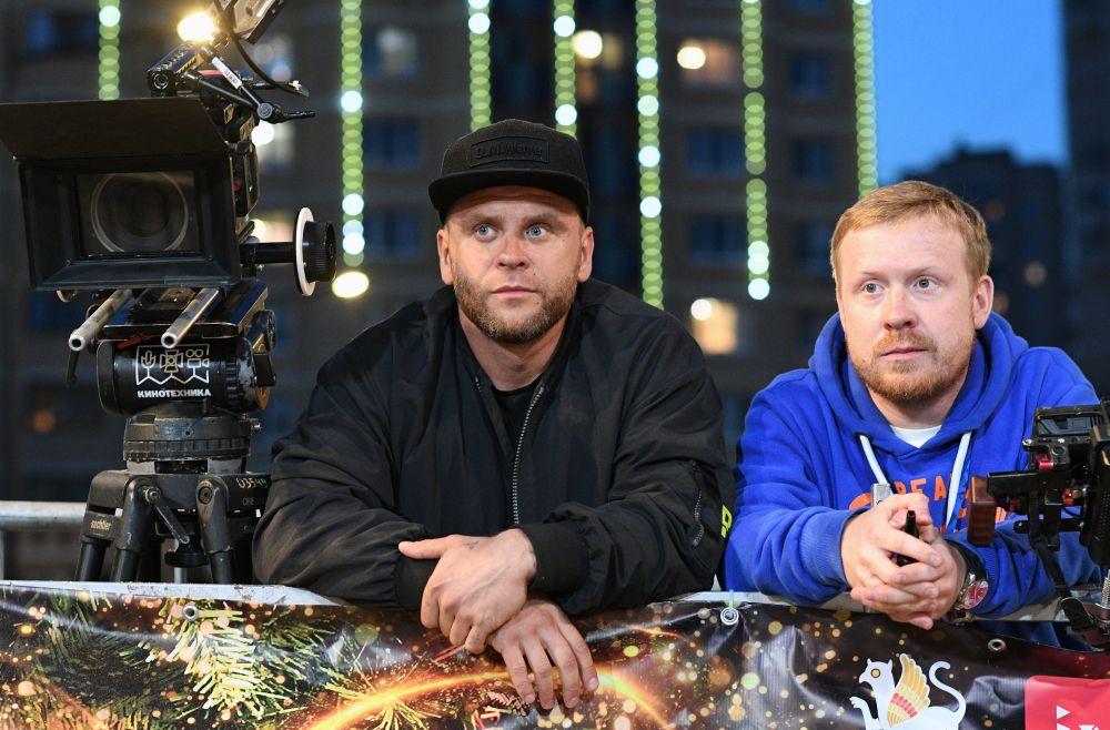 Режиссёр, актёр Антон Богданов (справа) на съёмках эпизода фильма «Ёлки настоящие»