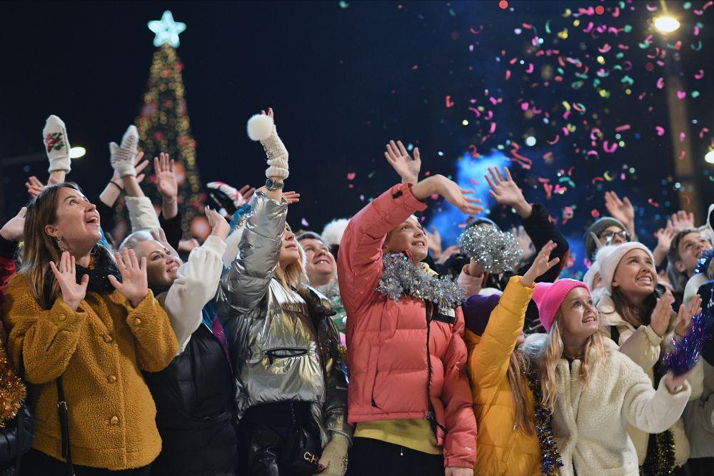 Актёры массовки на съёмках эпизода фильма «Ёлки настоящие»