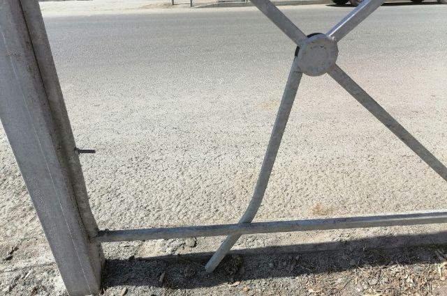 На Беляевском шоссе в Оренбурге Range Rover протаранил разделительное ограждение.