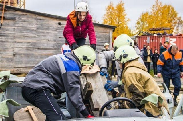 В Салехарде проходит VI окружной слёт-соревнование «Юный спасатель»