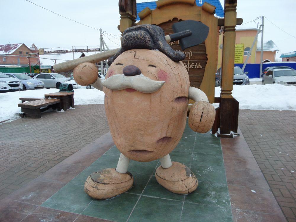 Памятник Картошке был установлен в городе Мариинске Кемеровской области в 2008 году
