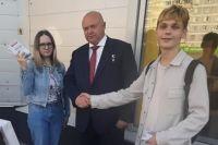 Андрей Красов с агитаторами, на которых напали неизвестные.