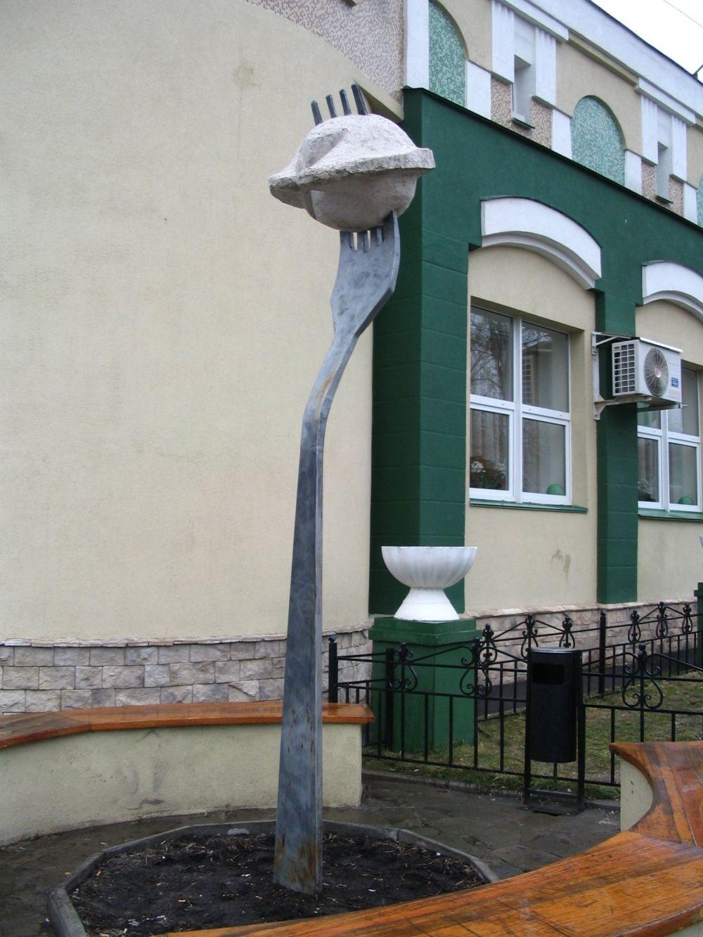 Памятник «Пельменю» в Ижевске. Он открылся в октябре 2004 года на улице Краева