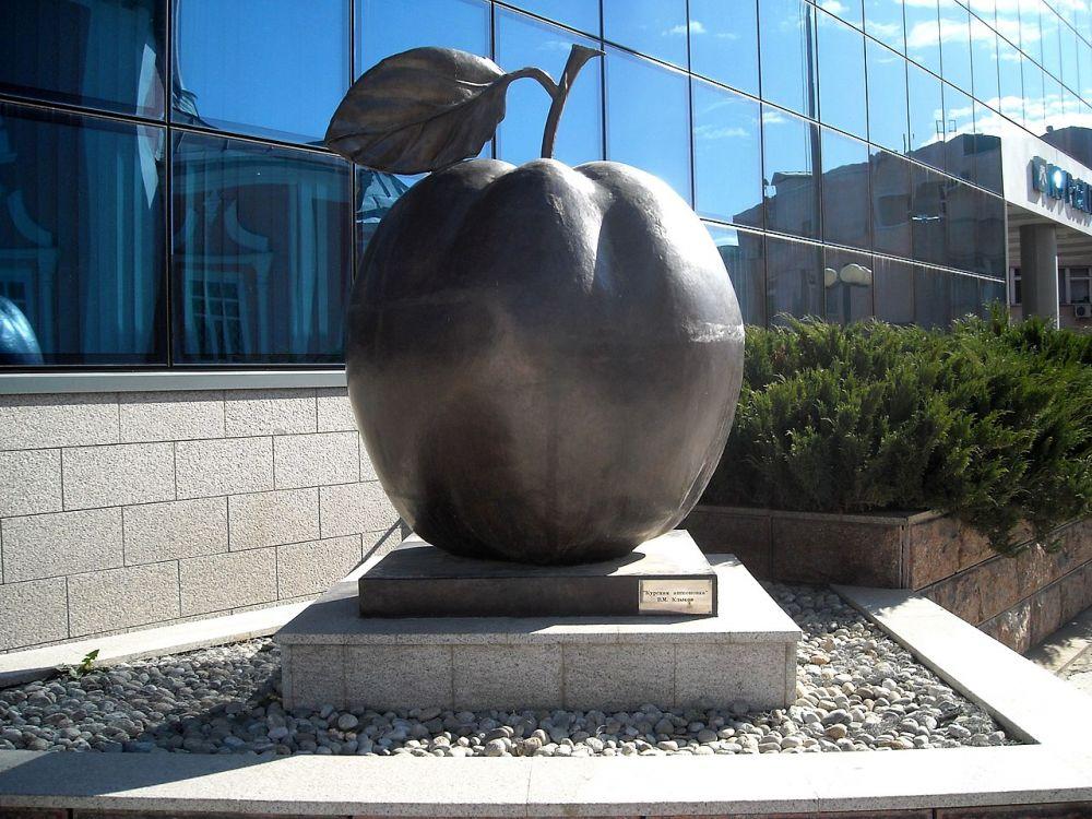 Памятник Курской антоновке. Он был открыт 19 августа 2008 года в городе Курске на площади рядом с Воскресенско-Ильинским храмом
