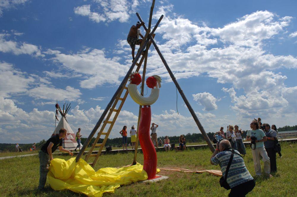 Памятник макаронам в Калужской области. 26 июля 2008 года в деревне Петрово в рамках первого в России фуд-фестиваля «Мир Макарон» открыли трёхметровый памятник макаронам