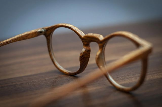 В Новосибирске у нелегальных уличных продавцов изъяли очки