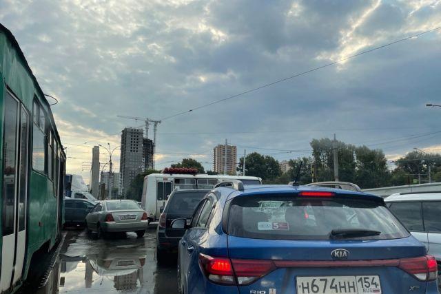 Площадь Труда в Новосибирске сковали сильные пробки утром 15 сентября