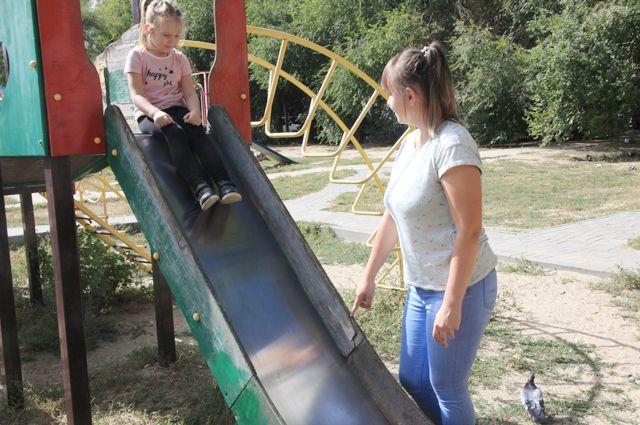Детские площадки Волгограда: на горках отстаёт обшивка.