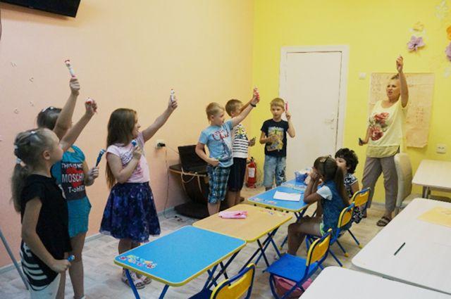 В «Тёплом доме» для ребят ведут развивающие занятия.