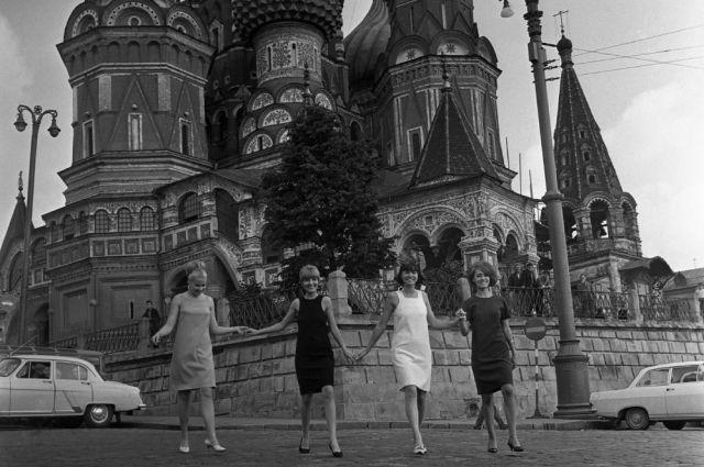Манекенщицы Общесоюзного дома моделей одежды (ОДМО) демонстрируют платья из новой коллекции Лето-1966 на Красной площади в Москве. На втором плане - храм Василия Блаженного (Собор Покрова Пресвятой Богородицы).