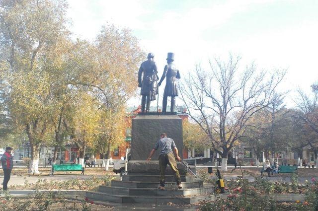 В Оренбурге памятник Пушкину и Далю от записок вандалов в этом году отмывали уже пять раз.