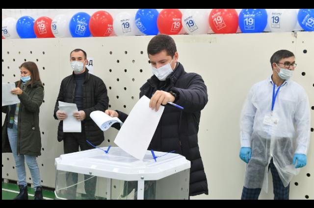 Дмитрий Артюхов голосует