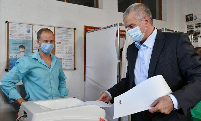 Глава Республики Крым Сергей Аксёнов голосует на выборах депутатов Государственной Думы на избирательном участке в Симферополе