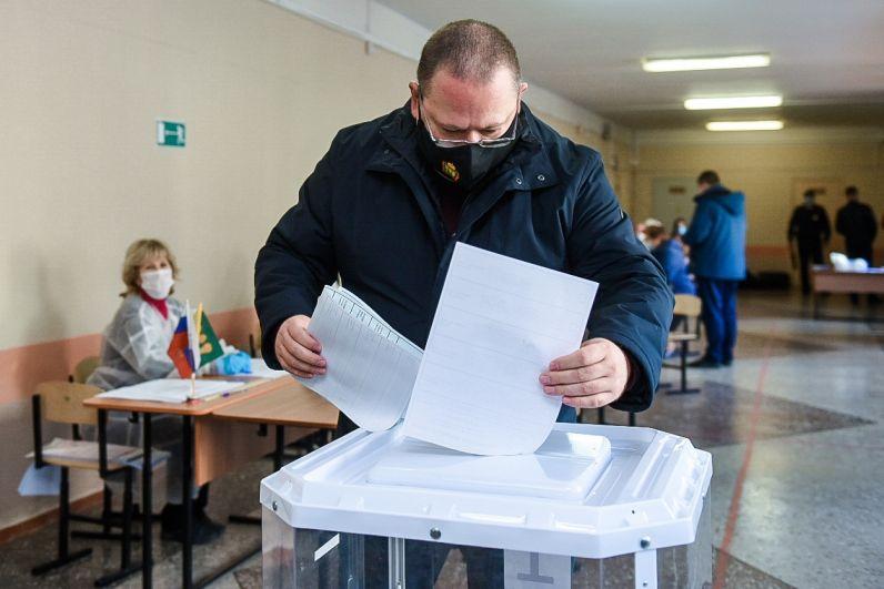 Временно исполняющий обязанности губернатора Пензенской области Олег Мельниченко голосует на избирательном участке в Пензе