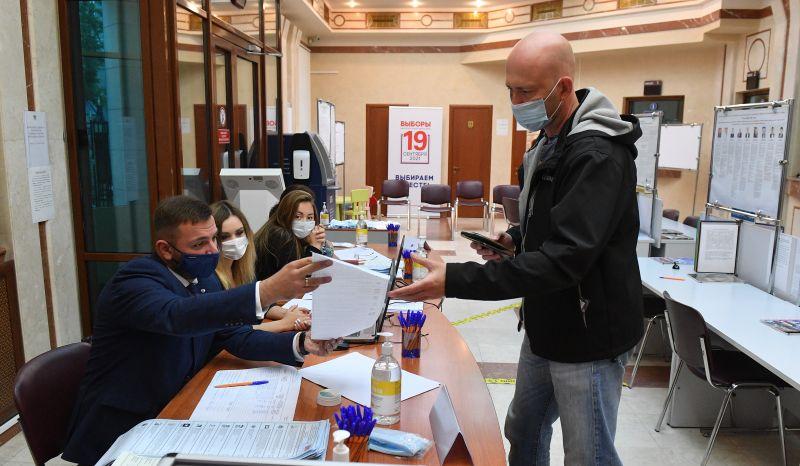 Во время голосования на выборах депутатов Государственной Думы РФ на избирательном участке в посольстве России в Минске
