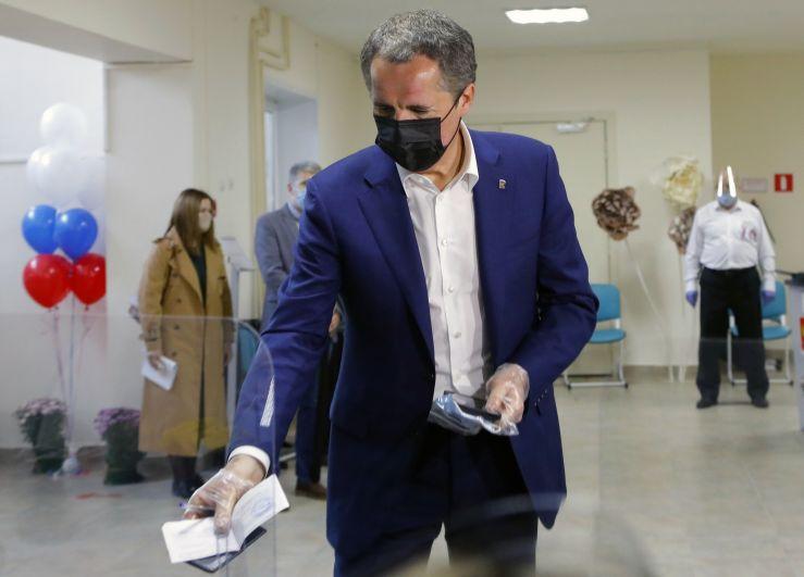 Временно исполняющий обязанности губернатора Белгородской области Вячеслав Гладков голосует на избирательном участке в Белгороде