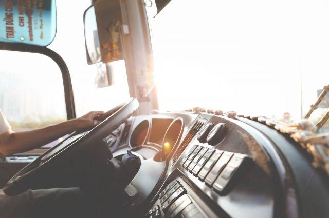 В Омске на водителя автобуса напали пассажиры