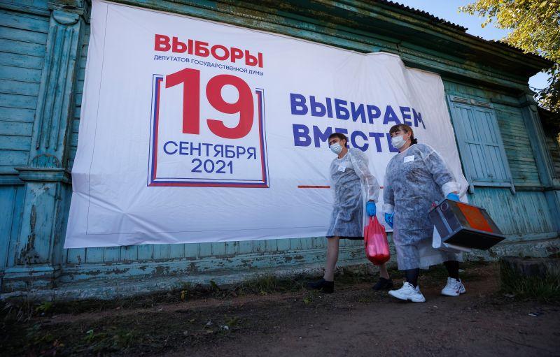 Представители участковой избирательной комиссии во время выездного голосования на выборах депутатов Государственной Думы РФ в селе Тарбагатай (Республика Бурятия)