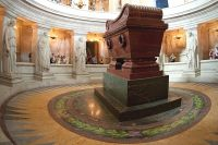 Саркофаг Наполеона, слева от которого на полу инкрустировано слово Moscowa.