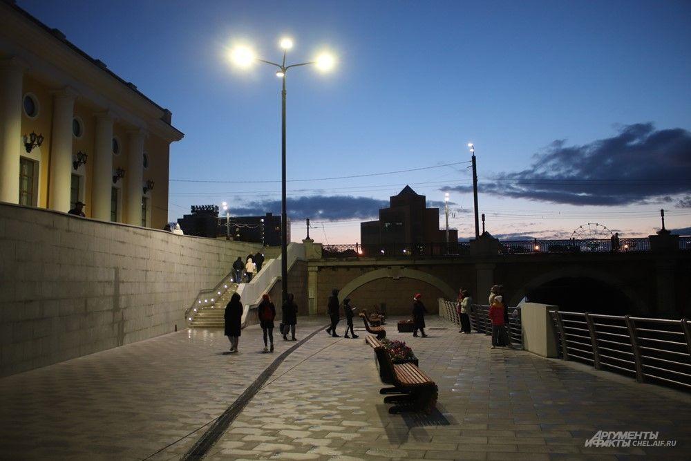 Со стороны улицы Кирова набережная заканчивается вот так - в мост. Возможно, однажды здесь появится проход под дорогой прямо к другому участку набережной.