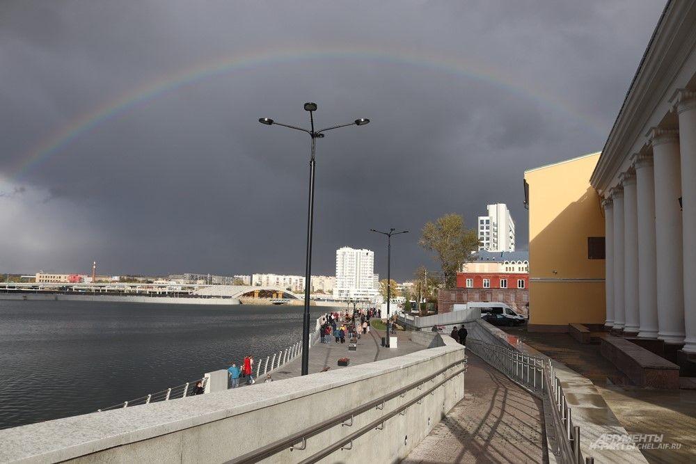 В день официального открытия погода была дождливой.