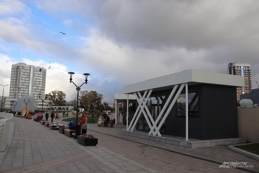 В нескольких местах на набережной установлены павильоны, где можно перекусить или выпить кофе.