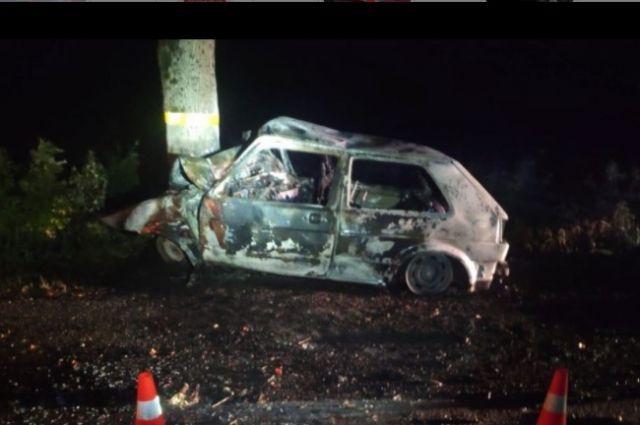 Машина вспыхнула от удара об дерево.