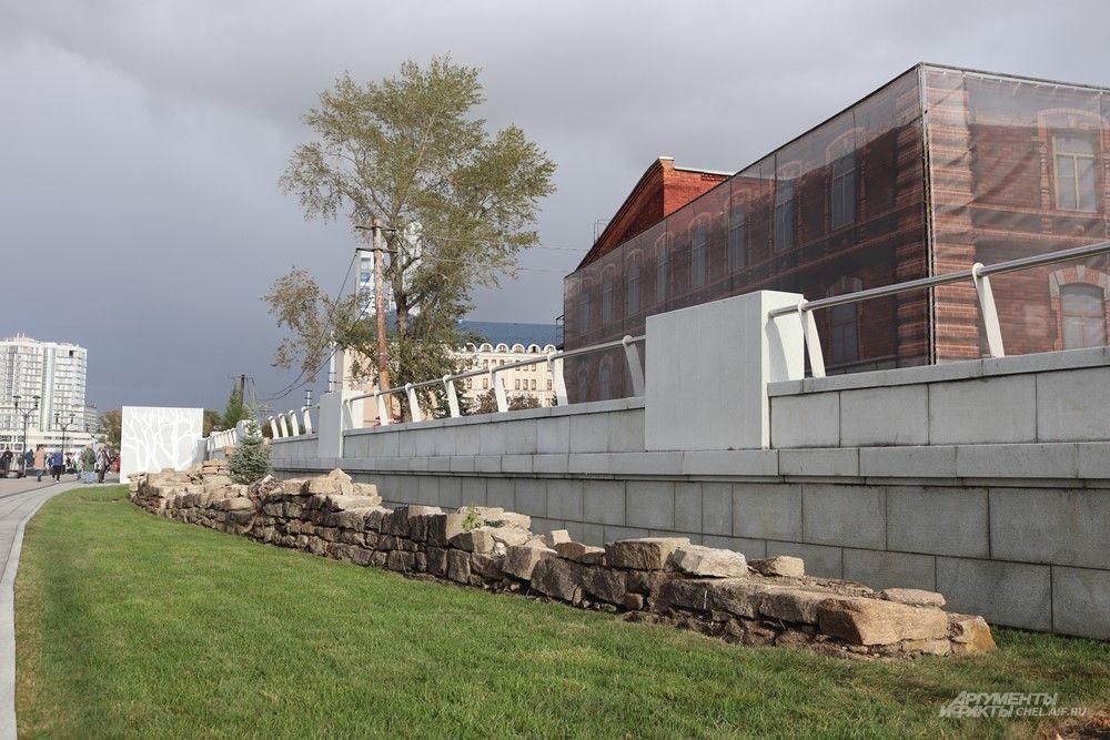 Во время строительства новой набережной был найден фрагмент старинной подпорной стены. Его оставили в окружении газона.