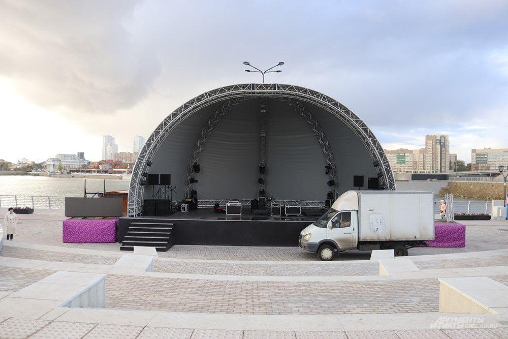 В Сквере искусств устроена крытая сцена. Здесь, вероятно, будут часто проводить концерты.