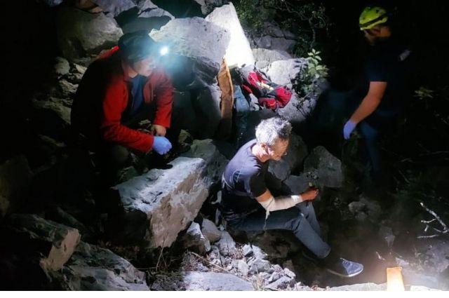 Спасатели помогли транспортировать пострадавшего до больницы.