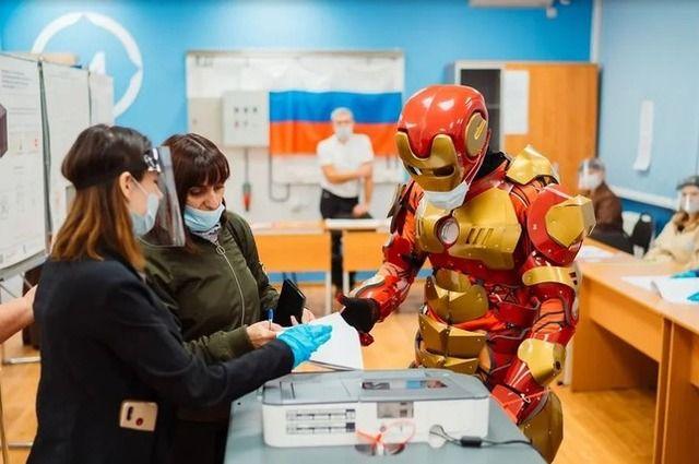 Тюменец порадовал избирателей костюмом Железного человека