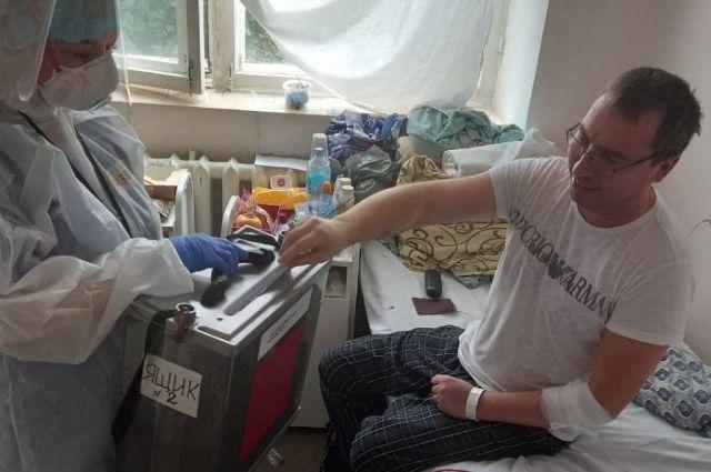 Вот так проходит голосование в «красной зоне» краевой клинической больницы.