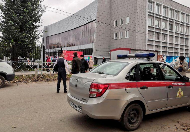 Сотрудники Росгвардии у здания Пермского государственного национального исследовательского университета