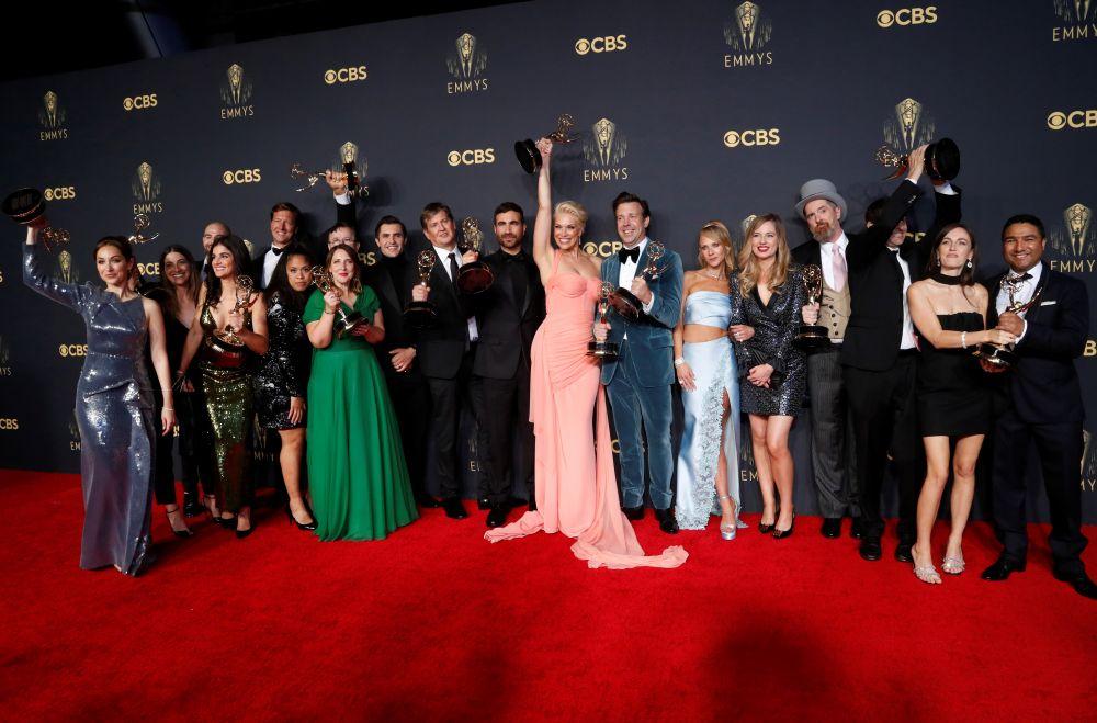 Съёмочная группа сериала «Тед Лассо» с наградами за «лучший комедийный сериал», лучшие мужскую и женскую роли второго плана и лучшую мужскую роль в комедийном сериале