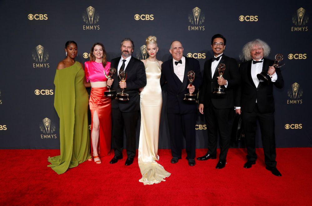 Съёмочная группа сериала «Ход королевы» с наградой «Эмми» в  категории «лучший мини-сериал»