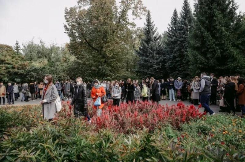 Студенты пришли к мемориалу группами после занятий.