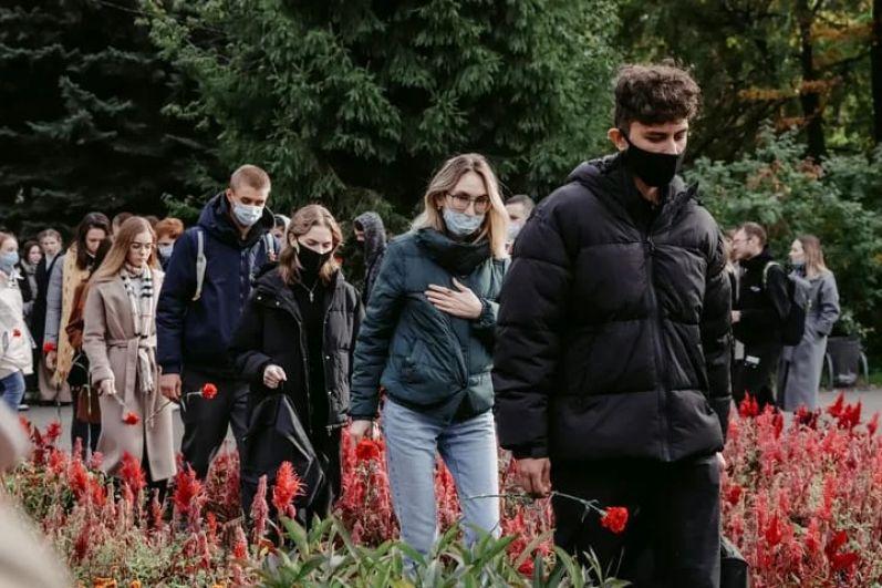 Первыми к мемориалу пришли студенты казанских вузов.