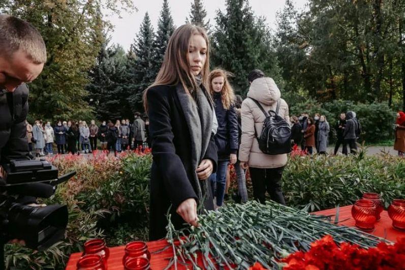 Мемориал сделан из нескольких парт, покрытых бордовой тканью.
