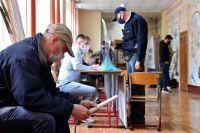 Избиратели во время голосования на выборах депутатов Государственной Думы.