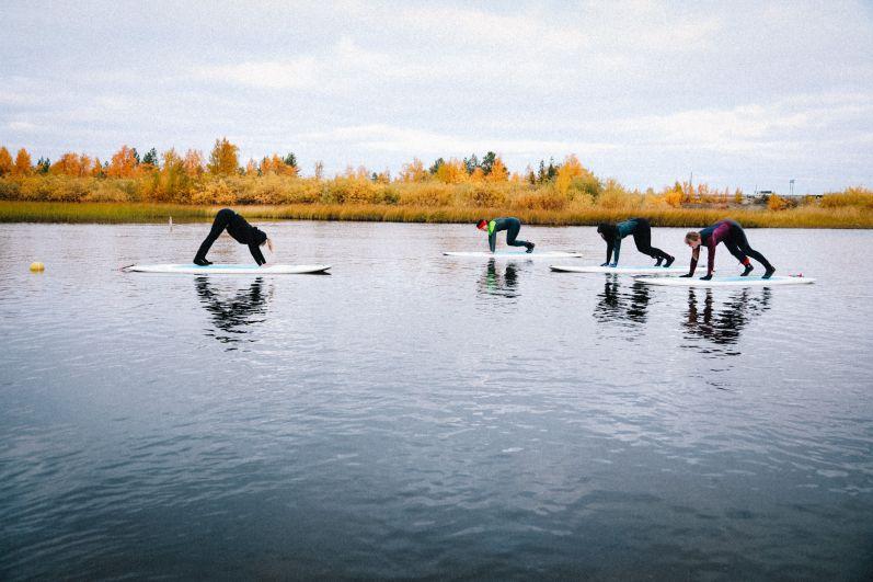 Самые спортивные гости смогли позаниматься йогой на sup-бордах.