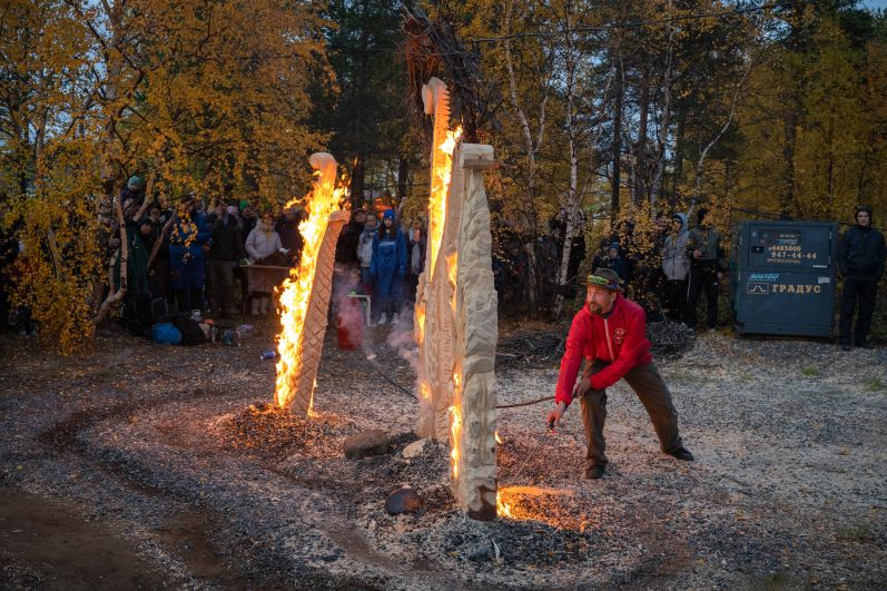 В конце дня всех ждал перфоманс по сожжению выпиленных из дерева скульптур.