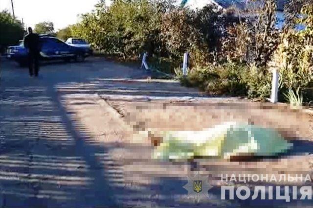 В Одесской области зарубили женщину и кинули тело посреди улицы.