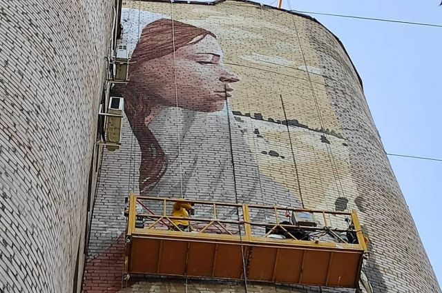 В Оренбурге завершились работы по созданию граффити с девушкой в пуховом платке.
