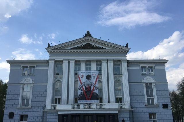 Театр продолжит сотрудничать с российскими режиссёрами новой волны.