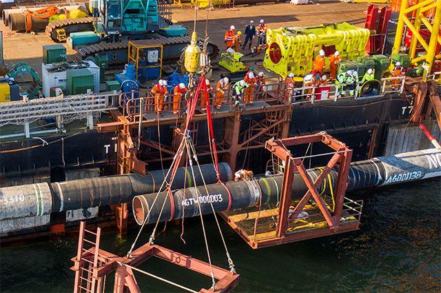 Специалисты выполняют надводную врезку при завершении строительства подводного газопровода «Северный поток-2» на барже «Фортуна» в Балтийском море, 8 сентября 2021 г.