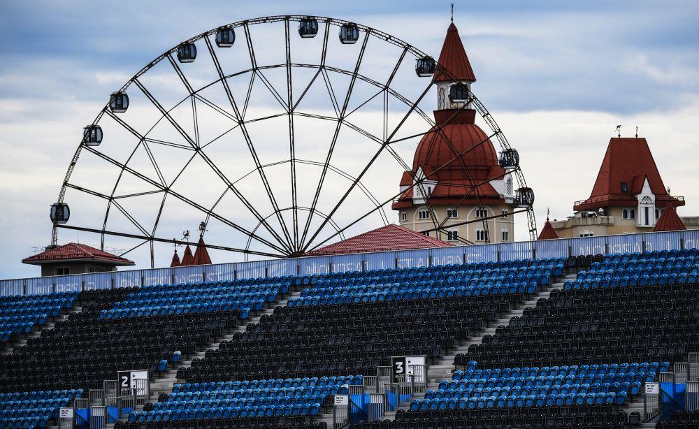 Трибуна трассы «Сочи Автодром» перед началом этапа чемпионата мира по кольцевым автогонкам в классе «Формула-1» — Гран-при России в Сочи