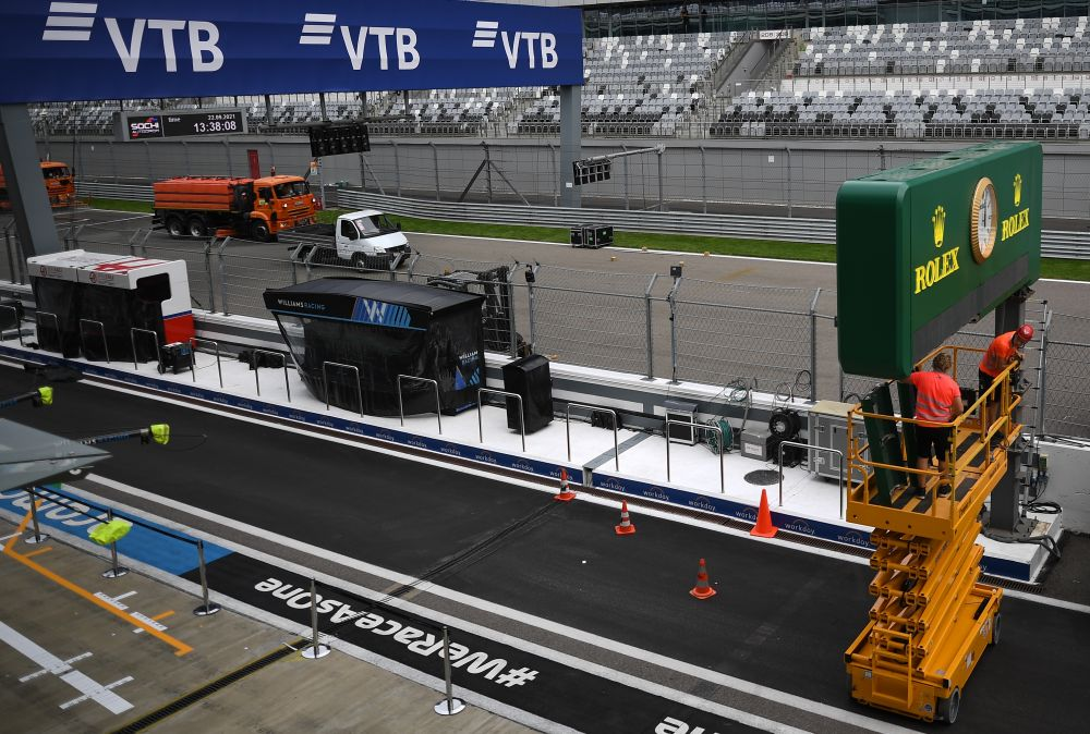 Пит-лейн трассы «Сочи Автодром» перед началом этапа чемпионата мира по кольцевым автогонкам в классе «Формула-1» — Гран-при России в Сочи