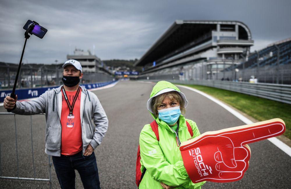 Болельщики на трассе «Сочи Автодром» перед началом этапа чемпионата мира по кольцевым автогонкам в классе «Формула-1» — Гран-при России в Сочи